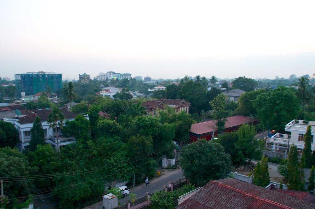 Uitzicht over suburban Yangon vanuit het hotel waar ik zit te wifi'en