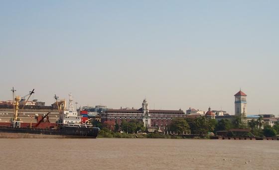 De haven. Die helaas ieder zicht op de rivier blokkeert.