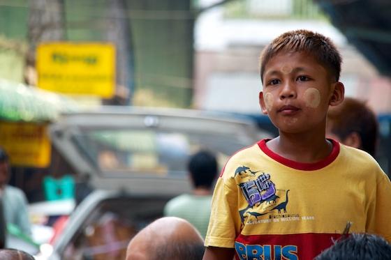 Thanaka, typisch burmese make-up. Veel vrouwen hebben een bepaald eigen patroon dat er er mee maken.